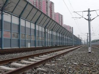 What issues should be considered when designing and installing the sound insulation barrier of the railway station?